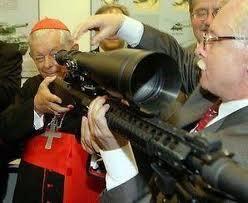 Tal vez pocas personas saben que la fábrica de armas Pietro Beretta Ltd. (la mayor industria de armamentos en el mundo es controlada por el Holding SpA Beretta y el accionista mayoritario de la Beretta Holding SpA después de Gussalli Ugo Beretta, es el Instituto para las Obras de Religión comúnmente conocido como Banco del Vaticano, es una institución privada, fundada en 1942 por El Papa Pío XII y con sede en la Ciudad del Vaticano.