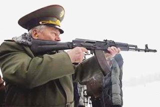 """""""Mi vida es mi trabajo y mi trabajo es mi vida. Inventé este fusil de asalto para defender mi país. Hoy en día estoy orgulloso que para muchos signifique un sinónimo de libertad"""""""