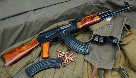 """""""El producto más vendido y comprado del mundo sigue siendo el fusil de asalto de Kalashnikov mejor conocido como el rifle AK-47 que significa literalmente el Kalashnikov automático fabricado en 1947""""."""