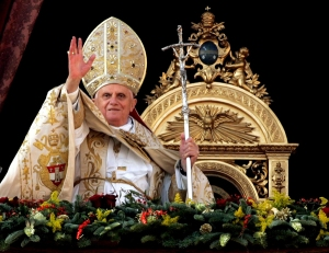 POPE BENEDICT BLESSES PILGRIMS ON CHRISTMAS DAY
