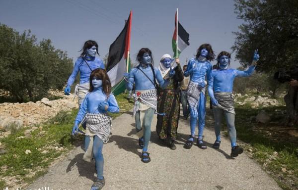 Habitantes de Bil'in disfrazados de Avatar. (Activestills.org)